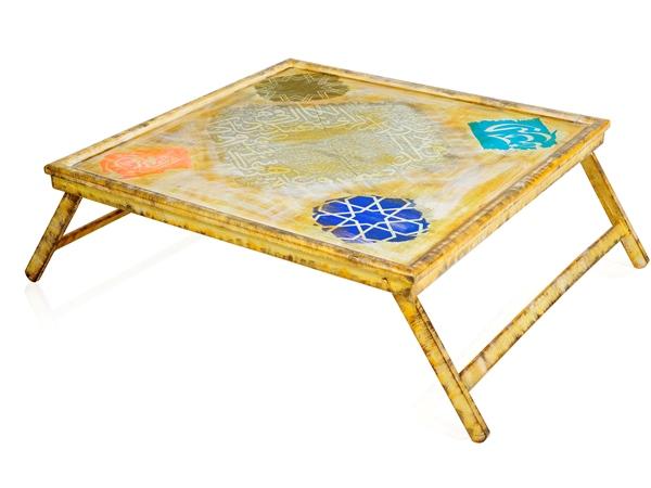 2eb5d7fcb طاولة خشب مُعتَّقة وقصيرة القوائم، وعلى إحدى زواياها كلمة البركة والأخرى  العافية، وهي تناسب حمل طعام السحور إلى السرير.