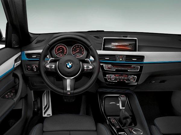 سيارة BMW X1 مرنة في القيادة