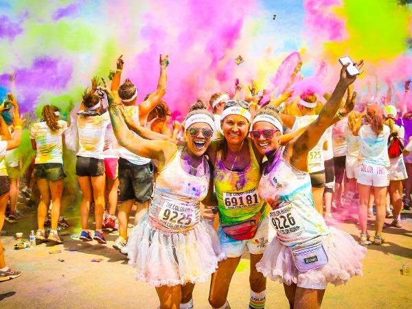 """هونر تضيف المتعة إلى """"سباق الألوان"""" في دبي"""