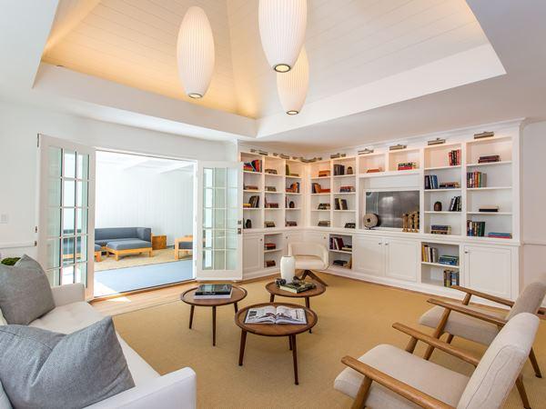 غرفة المعيشة في قصر ليوناردو دي كابريو Leonardo DiCaprio