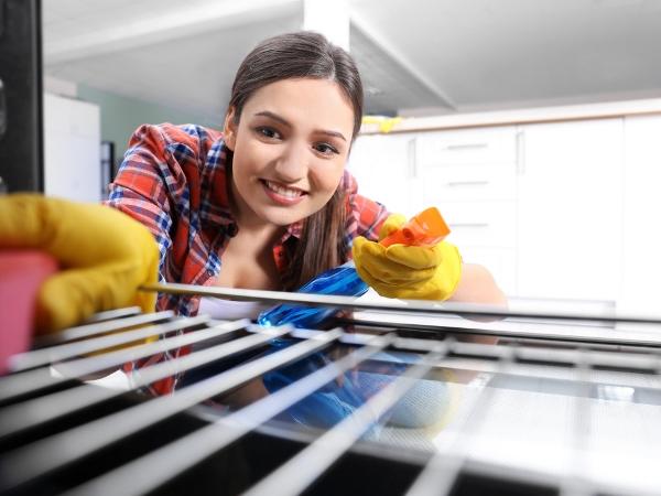 التدبير المنزلي: خطوات تنظيف فرن الغاز من بقع الزيت