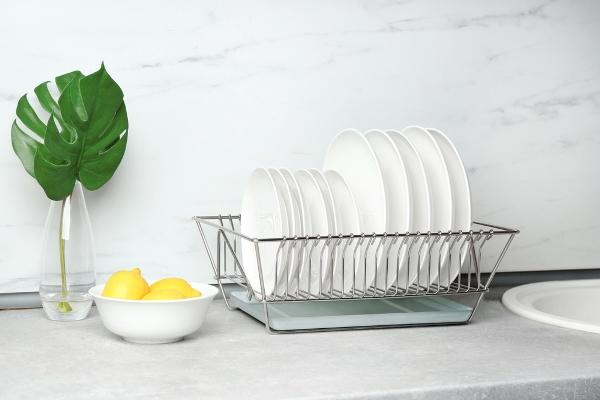 التدبير المنزلي: الخل والليمون في تنظيف مصفاة الأطباق