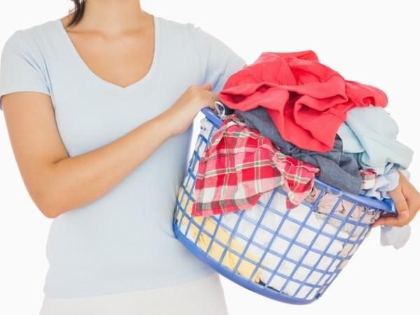 التدبير المنزلي: خطوات إزالة البقع عن الملابس البيض والملونة