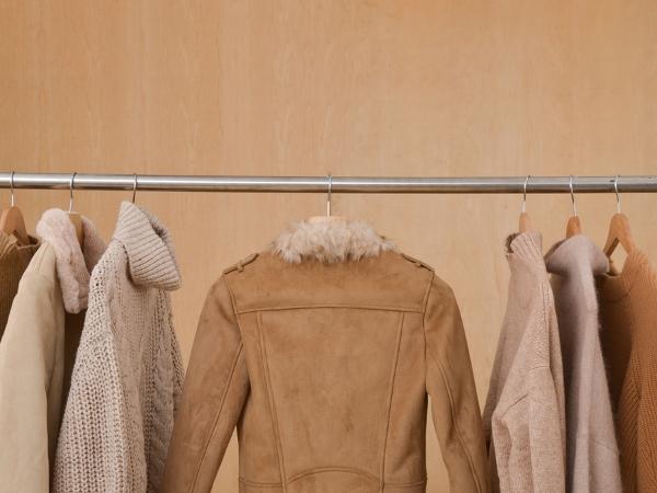 خطوات في التدبير المنزلي لتوضيب خزانة الملابس استقبالًا للشتاء