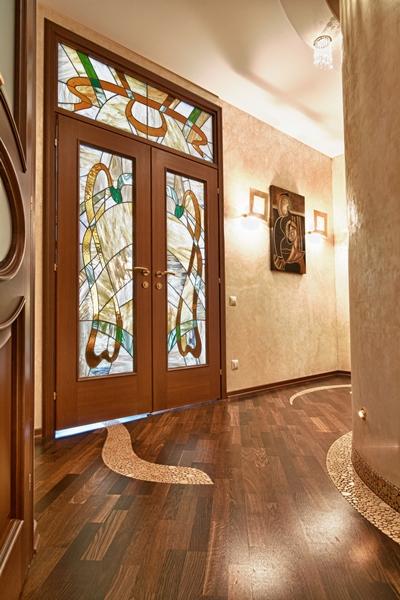 الزجاج المعشق في الديكور الداخلي للمسة فنية