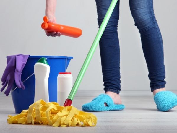 التدبير المنزلي: 7 خطوات فعالة في تنظيف الطلاء عن الأرضيات