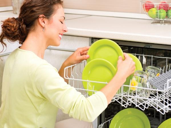 التدبير المنزلي: نصائح تنظيف أدوات المطبخ الأساسية