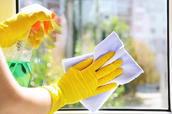 التديبر المنزلي: خطوات تنظيف النوافذ الزجاج