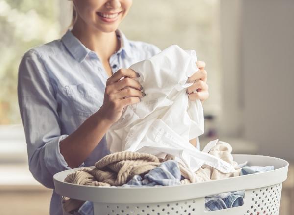 التدبير المنزلي: خطوات ازالة البقع من الملابس البيضاء