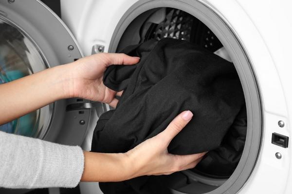5 نصائح في التدبير المنزلي للحفاظ على الملابس السود