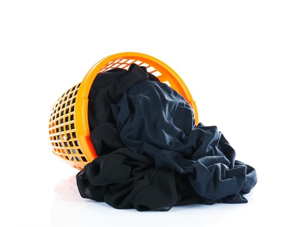 5 نصائح في التدبير المنزلي للحفاظ على لون الملابس السود