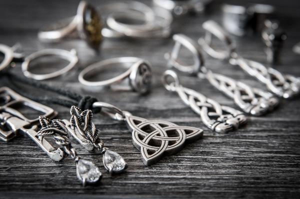 طريقة تنظيف الفضة في التدبير المنزلي
