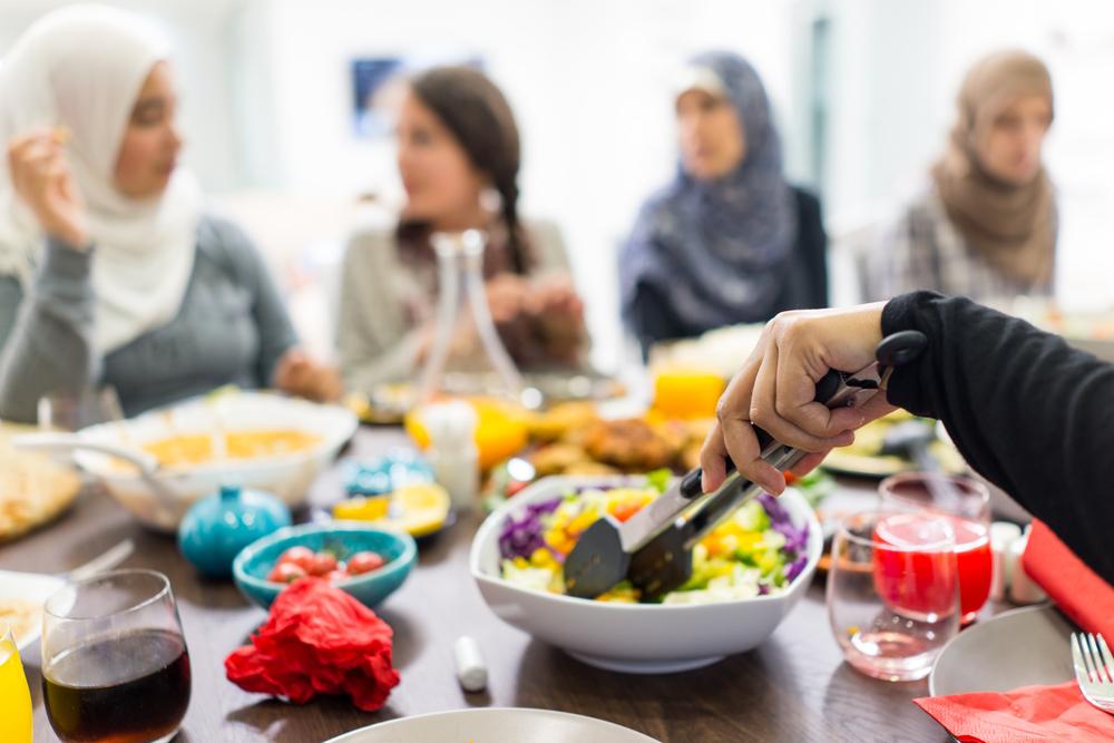 اتيكيت: من الضروري الامتناع عن نزع الأطباق عن المائدة قبل أن ينهي الجميع طعامه