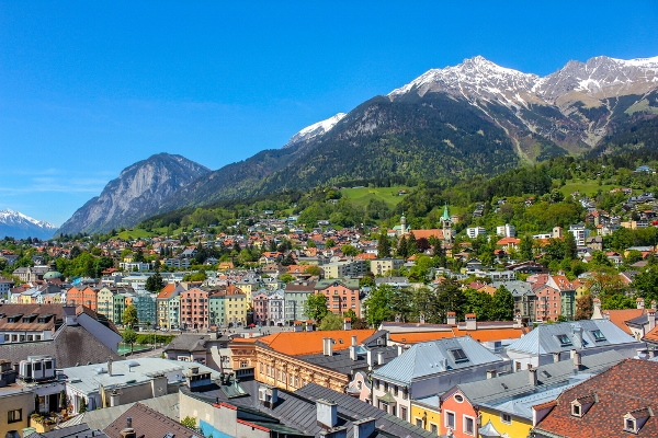روعة إنسبروك الحضرية تتوسط مشهد الجبال المهيبة