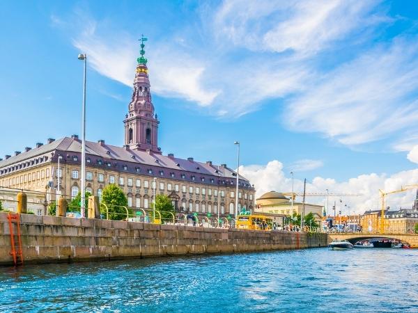 العرب المسافرون إلى كوبنهاغن في مارس