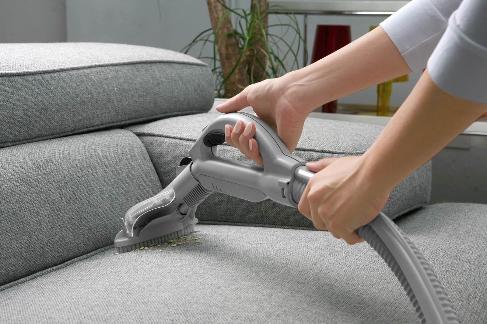 قبل تطبيق طريقة تنظيف الكنب بالخل، تُشفط الأتربة العالقة والغبار بالكنب