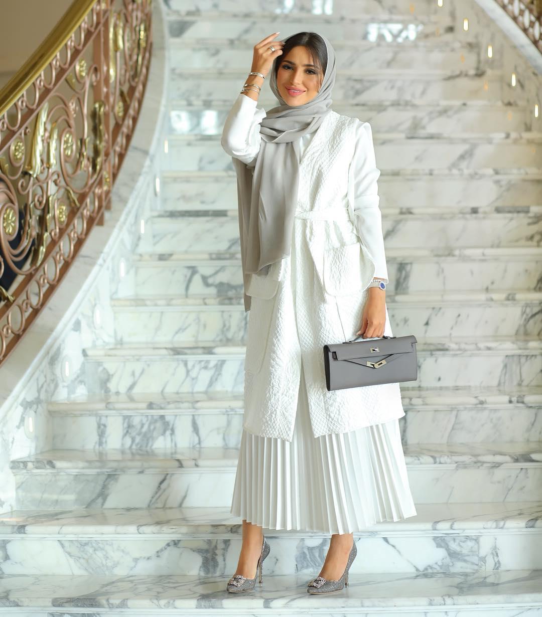 اطلالة مونوكروم باللون الأبيض من وحي المدونة المحجبة فاطمة حسام