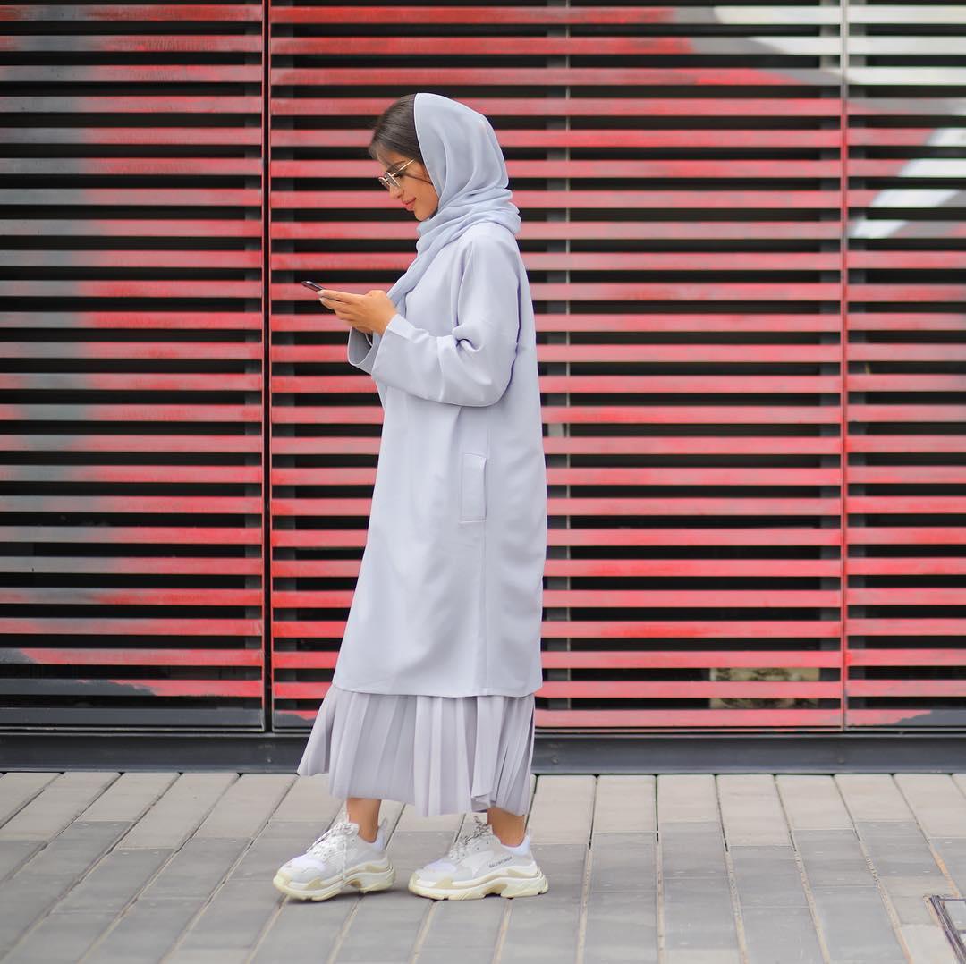 اطلالة مونوكروم باللون الأبيض الرمادي من وحي المدونة المحجبة فاطمة حسام
