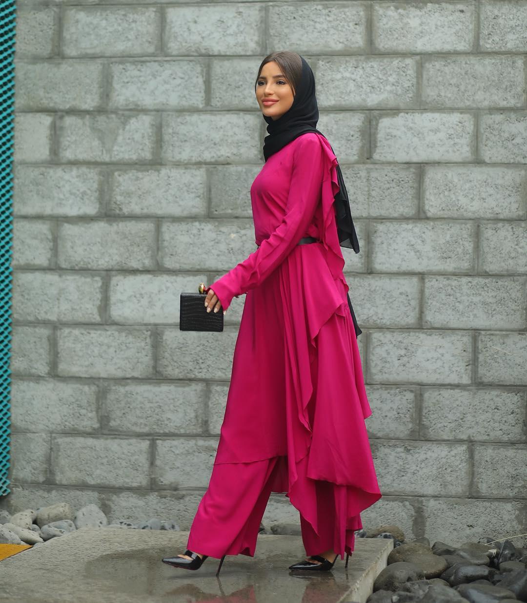 اطلالة مونوكروم باللون الزهري الفوشي من وحي المدونة المحجبة فاطمة حسام