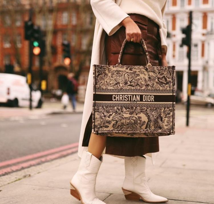 aefc22d23 سر شنطة ديور Dior العملية التي اعتمدتها مدونات الموضة | مجلة سيدتي
