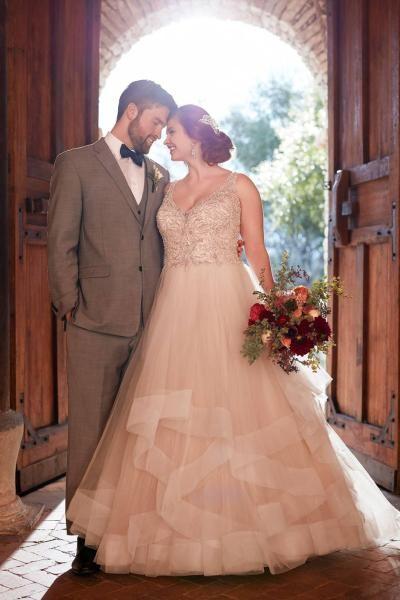 11e25c9a0 لذلك , يمكنك الابتعاد عن نظام الحمية الغذائية وانتقاء فستان يليق بشكل جسمك  كما هو . اليك أجمل الموديلات لعروس 2019 الممتلئة :