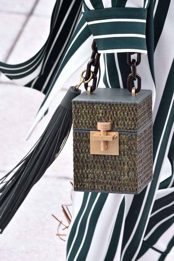 4916adcab9da7 2-حقيبة الخصر كانت هذه الحقيبة في كل مكان هذا الصيف، ويبدو أنها نجحت في تمر  إلى الخريف والشتاء، ولكن المميز أنها متوافرة بتصاميم متعددة، منها الحزام  الذي ...