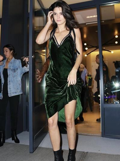 53709e801cc2f وبالرغم من جنوح بعض النجمات إلى الألوان الزاهية من المخمل إلّا أنّ الداكنة  لها الحصّة الكبرى، خاصّة الأسود، مثل نجوى كرم، Kate Middleton، Angelina  Jolie، و ...