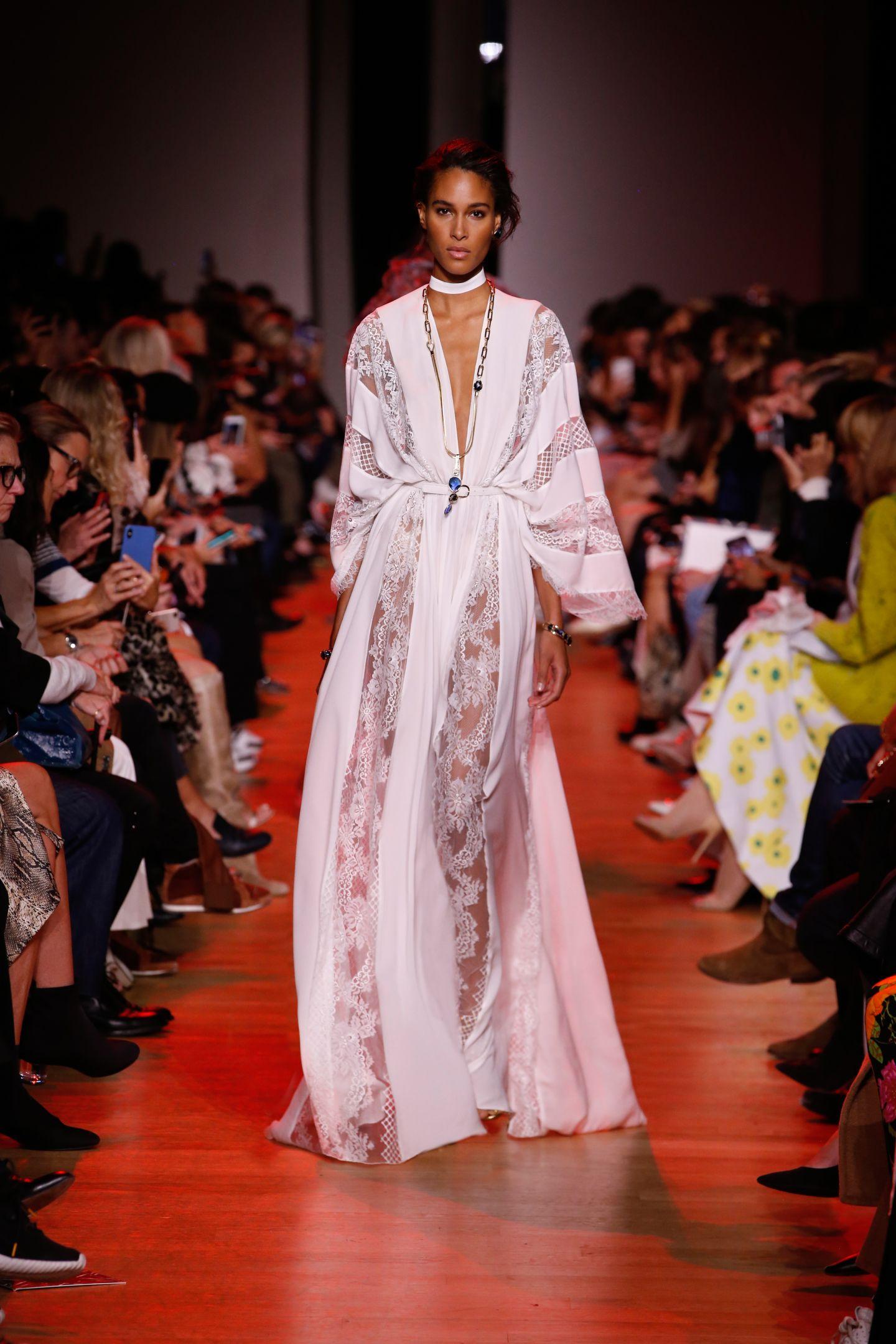 90441c67d4d94 الفساتين الميدي الطويلة كخيار هادئ وكلاسيكي بالوقت نفسه، يمكنكِ اختيار أحد  تصاميم إيلي صعب لهذا العام، بقصّة ميدي طويلة تُبرز رشاقتكِ، مع بعض  التطريزات ...