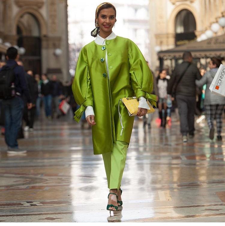 12a4ca4fbadc9 هذه الموضة لم تخصّ المحجبات فقط، بل أصبحت موضة الفساتين الطويلة أساسية  بخزانة أيّ صبيّة، اعتمديها بألوان منعشة كالأصفر المتربع على عرش الموضة هذا  العام، ...