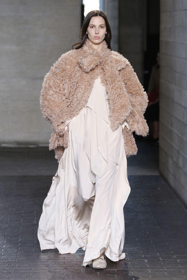 f965b56fe182c اللون الابيض كان مسيطرًا بقوة على مجموعة الأزياء الجاهزة لخريف 2019-2020  بأسبوع الموضة بلندن، فلم لا تتألقين بحجابكِ مع هذا الفستان من دار أزياء  Emilia ...