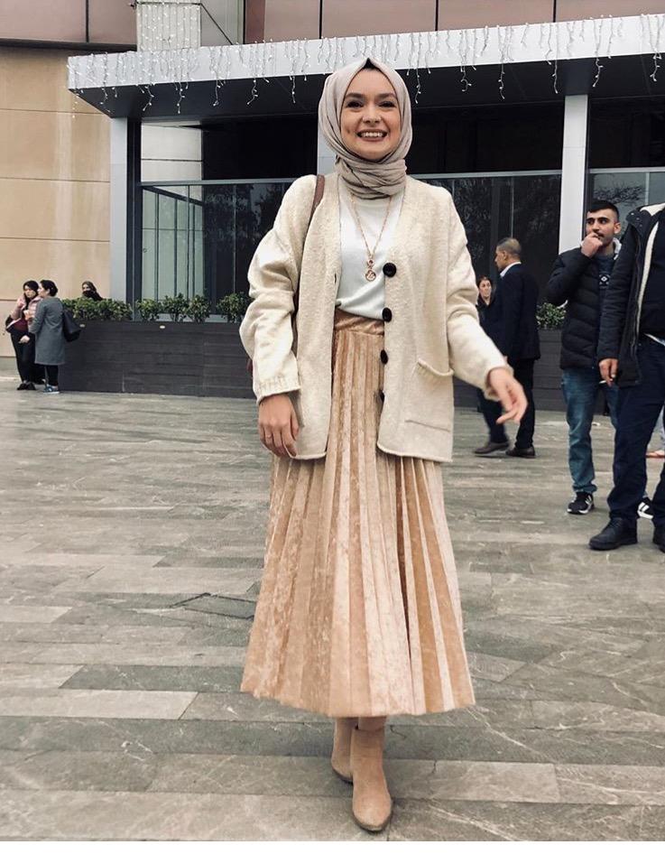 8a3e9f5a7 قد يكون هو خياركِ الأسهل لارتداء التنانير التركية الطويلة، والتي لا تكون  منفوشة لكنها بقصات واسعة، كهذا التصميم من أيبيكي نور ديمرسي Aybuke Nur  Demerci، ...