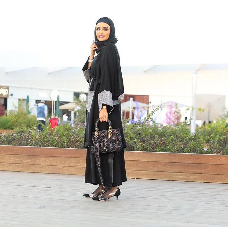 797ece805c7a2 لفتنا تصميم العبايه الواسعة من Abaya Alia عبايات عليا، يمكنك ارتداؤها  مفتوحة أو ترتدين معها حزام الخصر، ومثل هذه القطعة قد تظل رفيقتك لسنوات حتى  وإن تغير ...