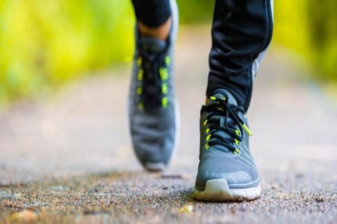 المشي من الرياضات المفيدة لألم الظهر