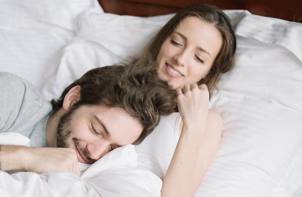 لا تتوقفي عن ممارسة العلاقة الحميمة إذا كنت ترغبين بأخير فترة غياب الطمث