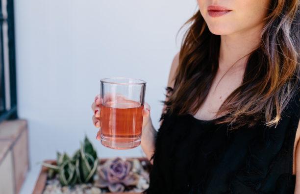 شرب ماء الورد يحميك من الشيخوخة