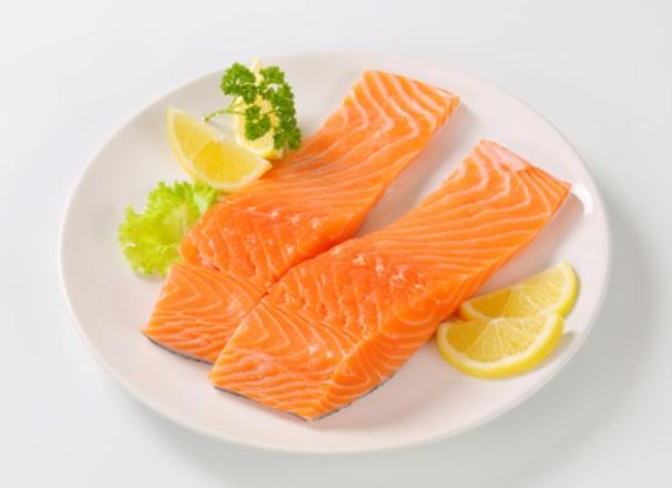 سمك السلمون يساهم في خفض الكوليسترول في الدم