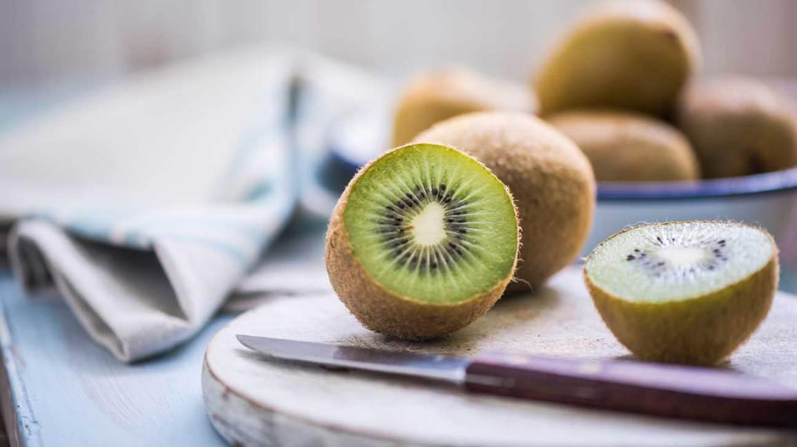 فوائد الكيوي لعلاج السكر Can-you-eat-kiwifruit-skin-1296x728
