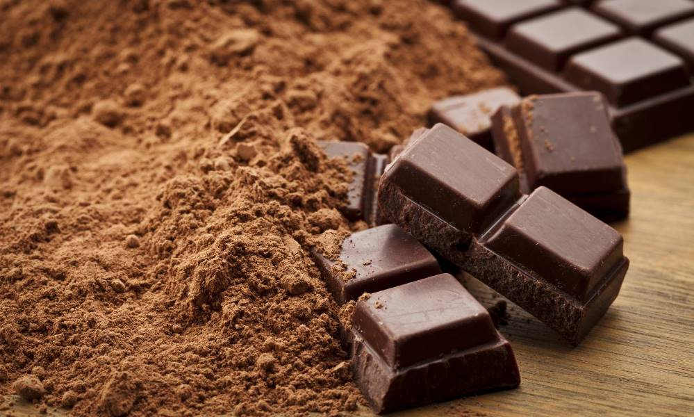 الشوكولاتة السوداء تبعث على السعادة
