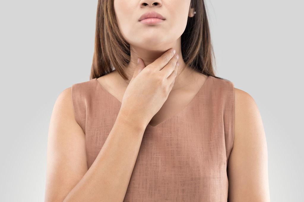 هل نلتقط العدوى من أشخاص لم تظهر عليهم أعراض كورونا بعد؟
