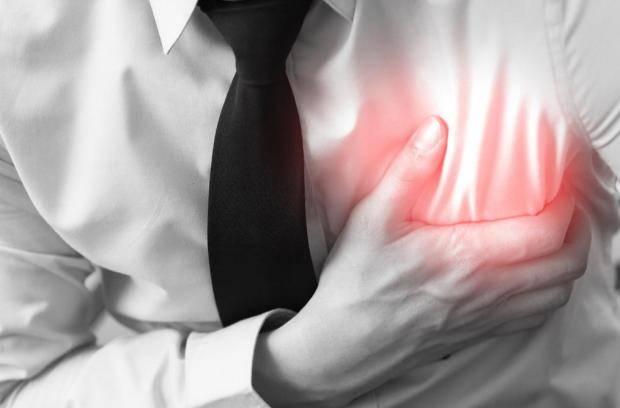 الألم في الصدر هو بداية أعراض النوبة القلبية
