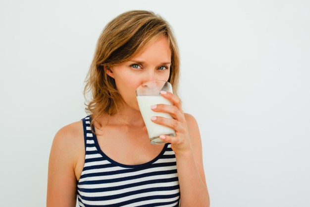 تناولي الحليب لتزوّدي جسمك بالكالسيوم