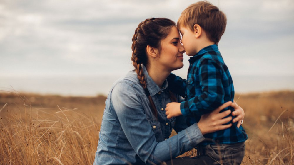 وتبقى الأم تحمل همَّ إبنها المتوحد
