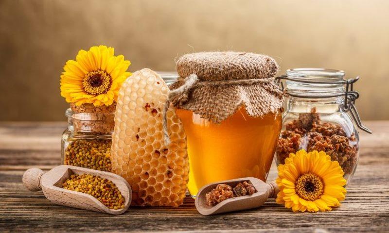أضيفي العسل وخل التفاح إلى كوب من الماء