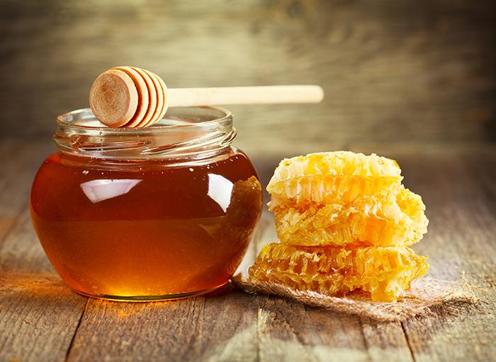 أضيفي العسل الطبيعي إلى القرفة وشاهدي النتبجة