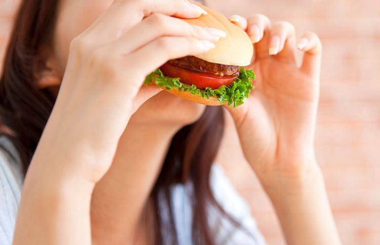 الوجبات الغنية بالدهون قد تسبب الإصابة بمرض الكبد الدهني