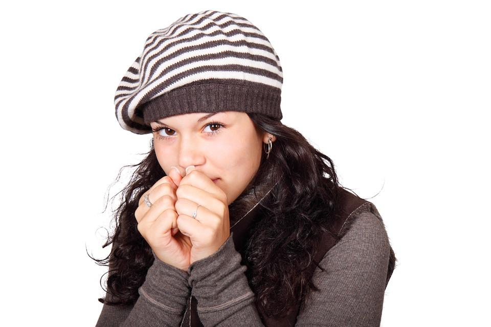 شرب السوائل الساخنة وتناول الفواكه يساعدان في علاج الكحة