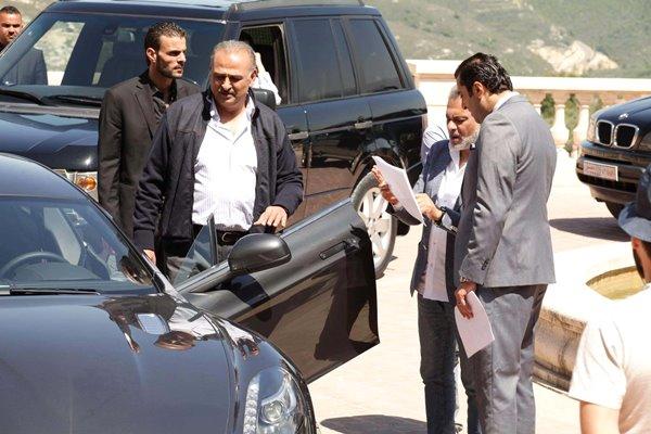 جمال سليمان مع باسم ياخور والمخرج حاتم علي في مسلسل «العراب نادي الشرق»