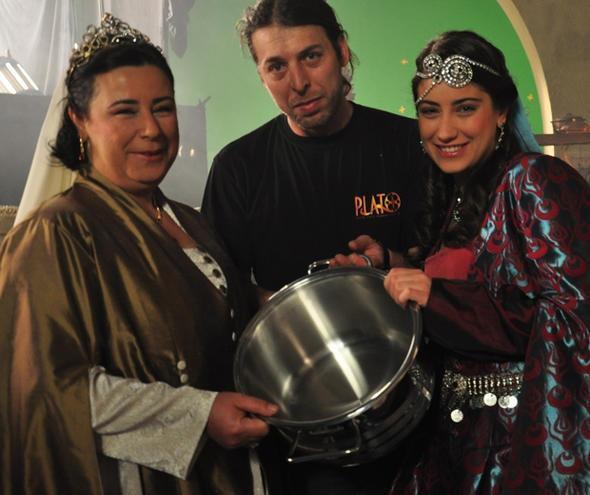 هازال كايا قدمت مع والدتها إعلان مشترك لصالح شركة أدوات منزلية قبل سنوات