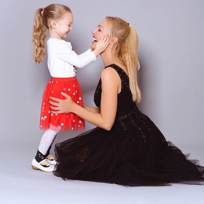 مريم أوزرلي وابنتها لارا