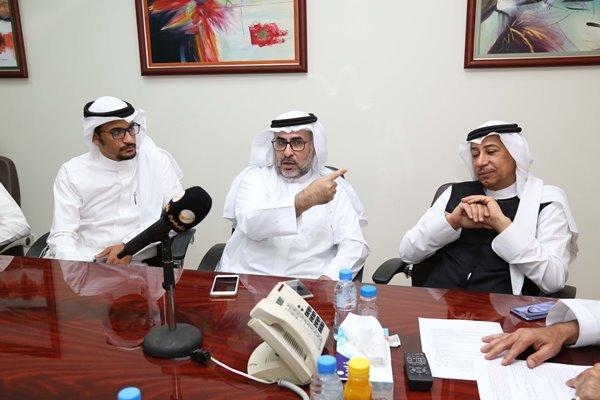 د. عمر الجاسر يتحدث ود. عبد الله رشاد ومحمد حسنين يتابعان